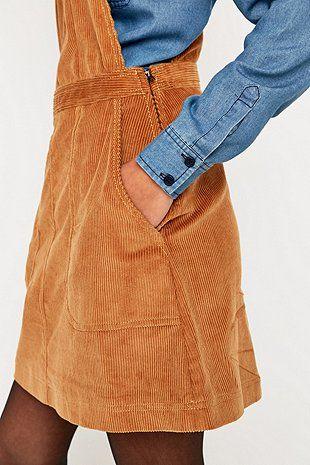 今天在Urban Outfitters店购买BDG灯芯绒围裙。我们为您提供所有最新的款式,颜色和品牌,从这里选择。