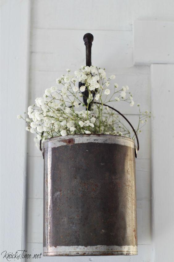 把一个空的油漆罐改成一个悬挂的花盆!无论你是干净的和空的,还是有油漆滴在上面,花朵都会看起来很漂亮!