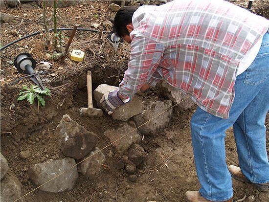 如何建立一个保持岩壁的干堆。你是否想用自己的双手给自己的财产增加另一个维度?干涸的岩石或瓦砾石墙为花圃和景观项目增添了一抹美景。幸好,...