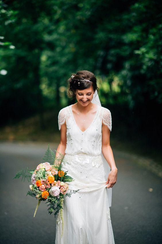 新娘穿着串珠Jenny Packham礼服为她的节日风格婚礼使用蒙古包。