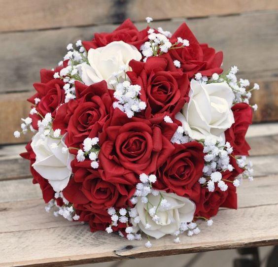 经典的婚礼花束,带有红色和象牙色的真实触感玫瑰和婴儿呼吸。 Adair Design Haus摄影。 adairdesignhaus.com #wedding #flowers #bride
