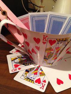 """""""如何让扑克牌中的女王之心茶杯更加迷人。""""爱丽丝在仙境为主题。"""