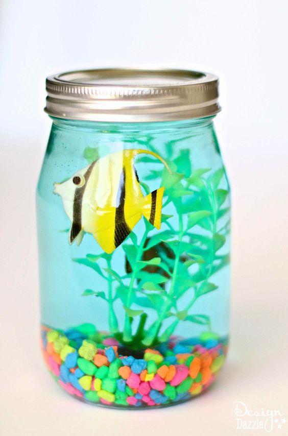 可爱的梅森罐子水族馆,非常适合夏季时间工艺!孩子们会喜欢他们自己的水族馆,父母喜欢不需要喂鱼!