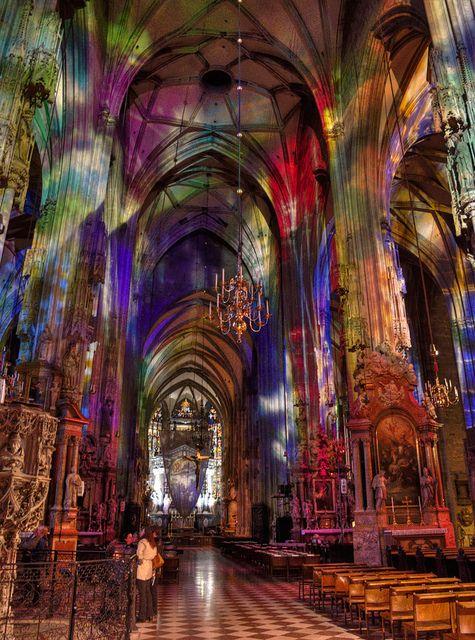 维也纳市中心的Stephansdom大教堂的内部由奥地利维也纳彩色玻璃窗的光线点亮