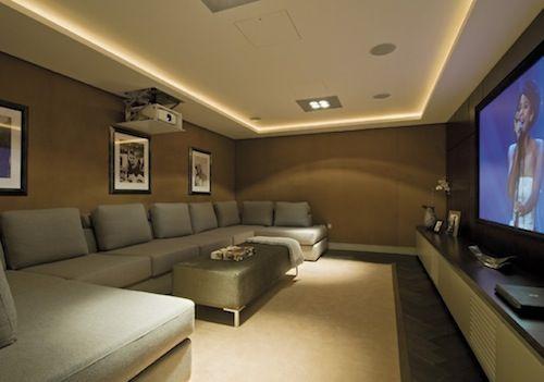 如何在预算案上建立家庭影院。看到提示选择投影机,家庭影院座位,配件和更多!