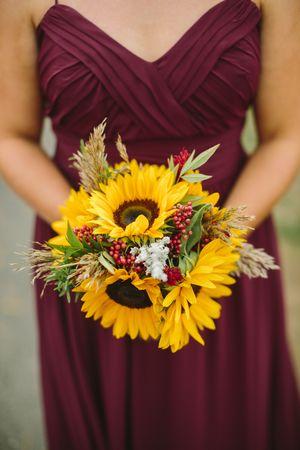 世界上没有一朵花像向日葵一样开朗。大而明亮的向日葵体现了无忧无虑,快乐的态度 - 他们的快乐过于简单化。这就是为什么这些美丽的花朵是Amanda和Kevin在Eastlyn Golf Cour举办婚礼的完美选择