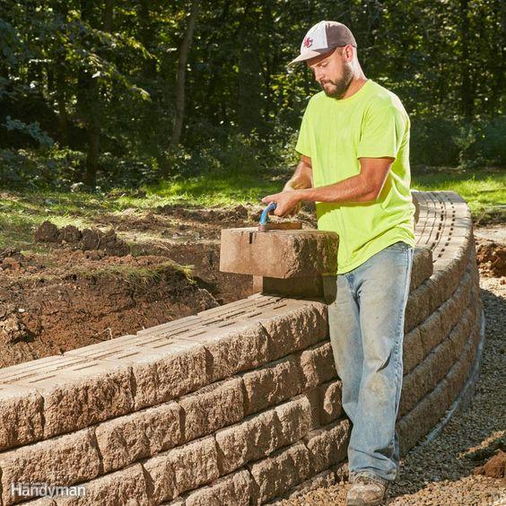 任何拥有强壮背部的人都可以叠加一堆积木并建造一个漂亮的挡土墙。但是需要技巧和计划来构建一个有吸引力的墙壁,它也可以处理巨大的压力,摆脱重力,站立数十年,并在大自然面前笑。这就是我们想要学习如何构建的那种墙,所以我们开始与一些勤奋的硬化专业人士合作。他们向我们展示了这一切都是��于坚实的基础,适当的排水和适合工作的材料。他们还分享了他们多年来提到的一些方便提示。