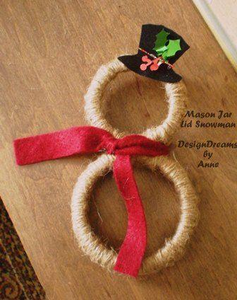 我用一个饰有麻绳的梅森罐盖制作了一个迷你圣诞花环。两个不同大小的迷你花圈也可以做一个可爱的小雪人,