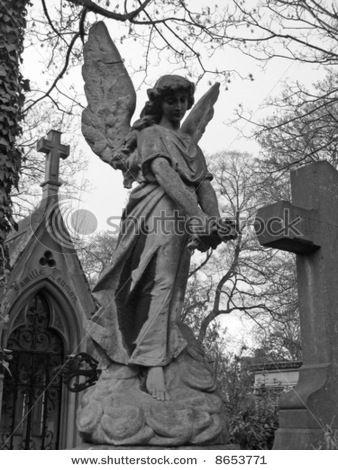 天使雕塑在Pere Lachaise巴黎人的公墓