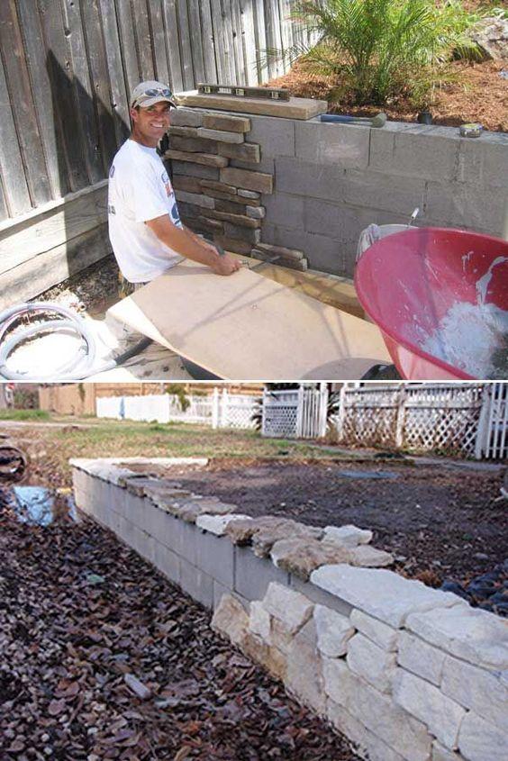 用混凝土砌块建造一个后院挡土墙,然后用石材立面装饰。太好了!