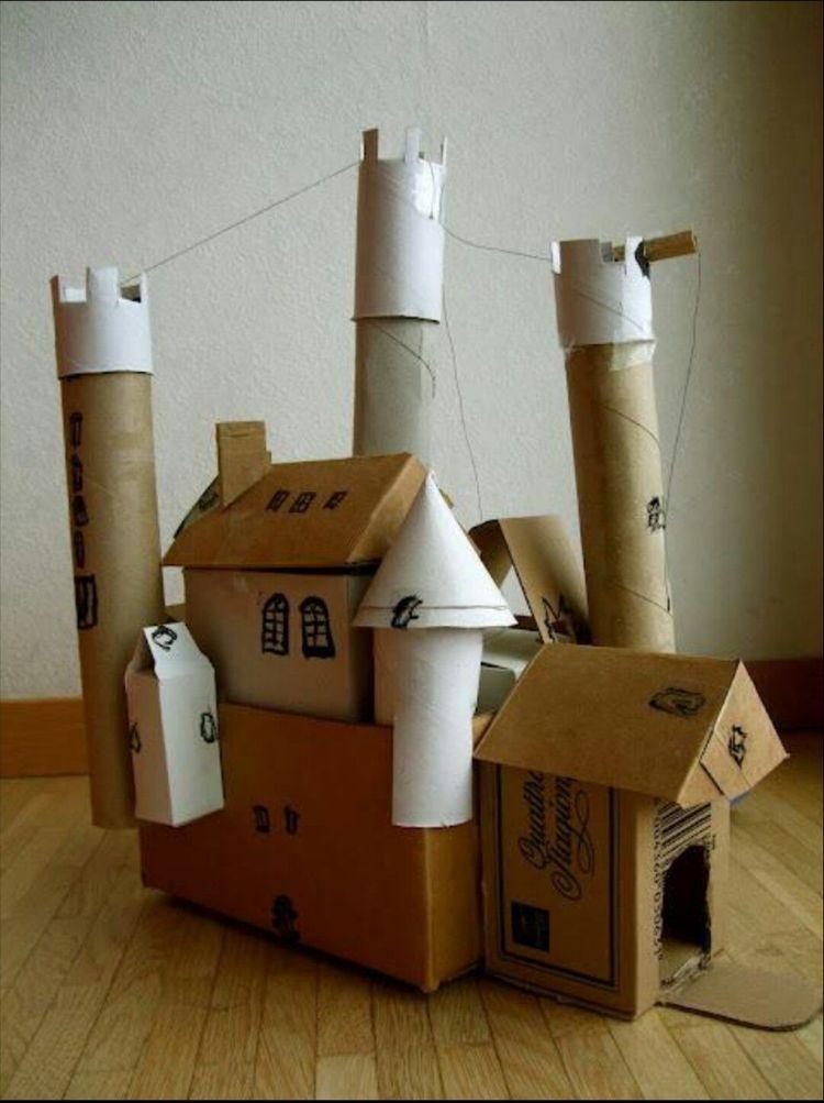再生的纸板城堡