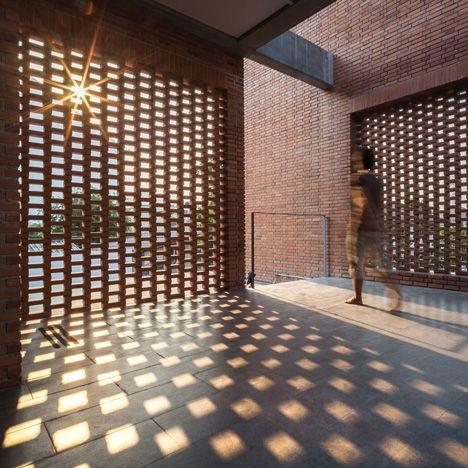 砖砌格栅镶嵌在曼谷房屋的墙壁上,隐藏着一系列户外空间