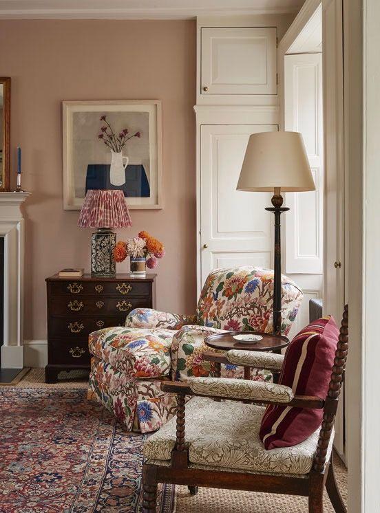 另一天,我最喜欢的英国设计师Ben Pentreath创作了另一个内饰。在五年的时间里,本指导了位于伦敦Highgate的迷人的早期格鲁吉亚住宅的装修和装修。有许多值得欣赏的色彩鲜艳的内饰,但特别是,我无法获得足够的大胆花卉沙发和扶手椅......