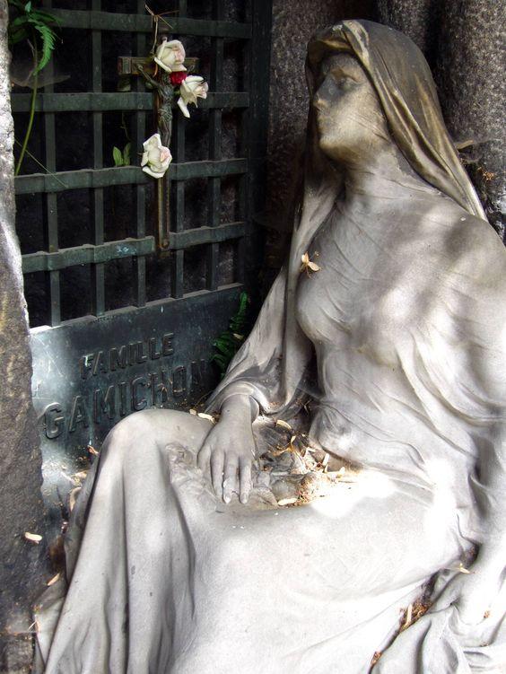 美丽的墓碑照片,着名和艺术性,从PèreLachaise公墓在巴黎,法国。这些Pere Lachaise墓地照片包括着名的墓碑,如吉姆莫里森,罗西尼,弗雷德里克肖邦和星光熠熠的恋人Heloise和Abelard。