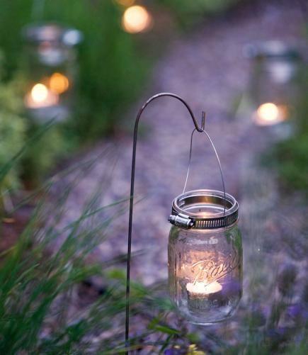 尝试梅森罐,浮动蜡烛,打捞材料和更多的时尚户外照明。