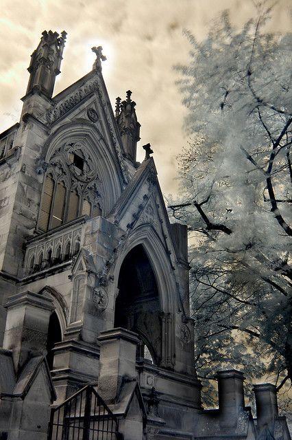 """位于俄亥俄州辛辛那提Spring Grove公墓的德克斯特陵墓(又名""""Dracula House"""")彩色红外线,未经改良的带Hoya R72红外滤光片的尼康D50。 Photoshop用来调整关卡(3个关卡层)。"""
