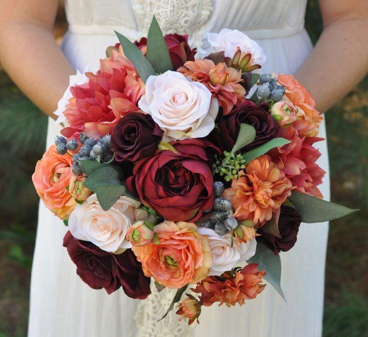 由霍莉的婚礼鲜花的丝绸婚礼花束。由...提供的鲜花