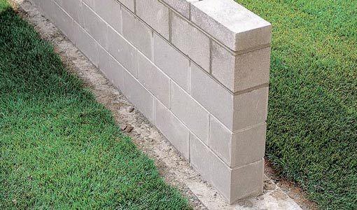 了解如何建造混凝土砌块墙,包括浇筑基础,铺设砌块和完成接缝。