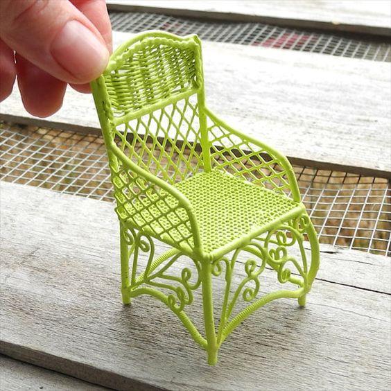 """迷人的花园椅,有趣的现代柠檬绿。自定义画在我们的工作室。给你的仙女一个坐下的地方。 -  3 1/4""""高 -  2""""宽 -  1 1/2""""深 - 彩绘金属 - 大尺寸,1""""刻度不是玩具,不适用于儿童。设计进入你的生活微型花园。在两个绿色大拇指微型花园工作室,我们一直在研究,发展,故障排除,写作,促进和传播自2001年以来的微型花园爱好的喜悦和自2004年以来的在线。��们不仅销售植物和部件,以帮助您建立您的自己的微型花园,我们是微型园丁,我们与你分享我们的激情。我们专注于您的生活微型和童话花园的作品,并提供无障碍和可持续的解决方案。我们知道什么可行。两个绿色大拇指微型园艺中心,西雅图,华盛顿州。仅在线。在这家商店中寻找其他可爱的迷你花园的东西:http://www.etsy.com/shop/Janit"""