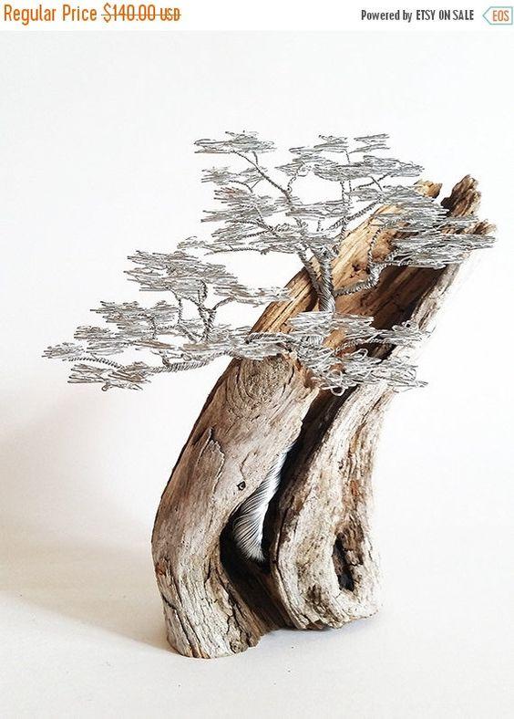 """这个惊人的盆景线树是非常乔迁金属艺术,漂流木雕塑将给你的家庭一个强烈的情感。我用铝线制作这种漂流木艺术品。线树雕塑完美作为任何场合的礼物,了解质量,餐艺和坚固的人。使这个线树花了大约25个小时给我。它为您的房子或办公室提供了令人惊叹的金属雕塑室内装饰,是送给朋友,家人和老板的完美礼物。漂流木盆景看起来很真实,所以你不需要关心钢丝艺术。具体项目:100%手工制作;准备发货;尺寸:8.66""""x 4.72""""/ 22 cm x 12 cm;电线:铝线;基地:波罗的海的浮木;可定制订单。如果对不同的尺码或款式感兴趣,请选择""""请求定制订单""""与我联系。定制订单估计生产时间1-2周。我很乐意回答任何问题!请随时给我发消息;我满意的客户说:*****一棵美丽的树真的很受欢迎。考虑到它走过的距离非常快速地送出!***** *****我们很快得到了我们的树,它来得非常快,没有任何问题。它是我们见过的最神奇,最美丽的东西!你的艺术作品真棒!真正令人惊叹和非常详细,你是一个工匠大师!*****随意看到我的其他线材树和线艺术品:www.etsy.com/your/shops/BonsaiWireTree"""