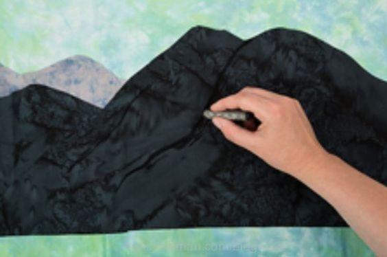 景观绗缝打破了许多绗缝规则。可以不准确地切割,事实上,它经常被推荐。使用胶棒而不是针脚