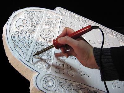 DIYNetwork.com的专家展示了如何为您的前院制作自定义的万圣节墓碑。
