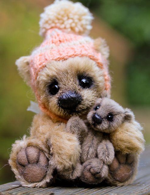 """""""我们可以留住他吗?""""当他的收养通过时,短笛(较大的熊 - 身高6英寸)被遗忘......我没有心脏重新列出这个小家伙,因为我得到了依恋。从那时起,短笛就变成了吉祥物。他正拿着我最新的迷你熊""""Bonsai""""。他们在一起很可爱,我不得不拍些照片。 :)"""