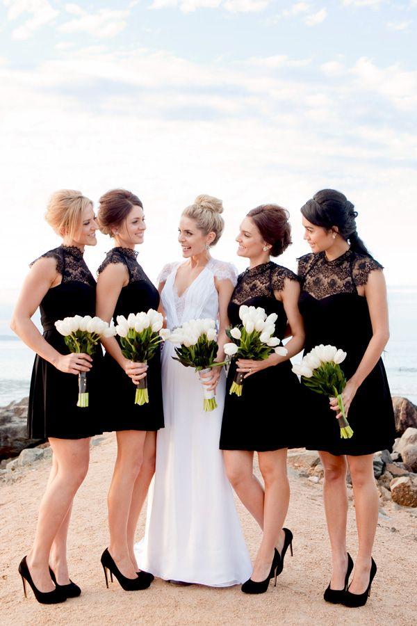 黑白婚礼 - 黑色的女傧相与白色花束。摄影:Karen Buckle。