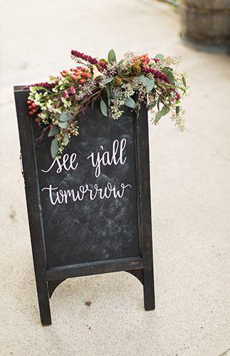 户外黑板婚礼标志与花卉赃物| image via:灵感来自于此