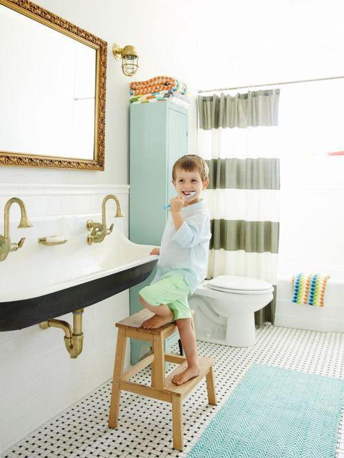 儿童浴室的水槽