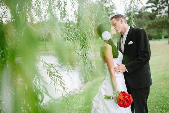 """高尔夫球场为新娘和新郎提供了许多津贴 - 从户外美景,室内高雅到各种各样的照片以及""""目的地婚礼""""的感觉。"""