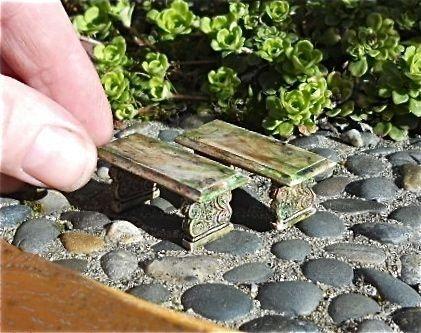 """两个小人造石长椅为你的小型微型,仙女或露天花园而生长和陈年。 〜>涂漆树脂〜>防晒及防风雨〜>细节美丽〜> 5/8""""高1/5""""宽8""""/ 5""""8""""深〜> 1/2""""或1:24比例甜度!最初设计进入我们的生活微型花园。我们在华盛顿州西雅图的两个绿色大拇指微型花园中心工作室定制,自2001年以来,我们一直致力于促进微型花园爱好的专业化,自2004年以���一直在线上。我们专注于适合您生活的微型和童话花园的作品。"""