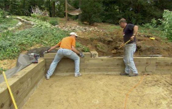 这栋老房子园林绿化承包商Roger Cook展示了如何构建木材挡土墙以创建一个游乐区。
