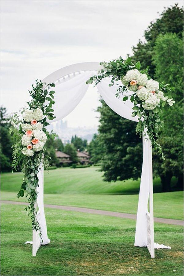 简单的桃子和白色婚礼拱