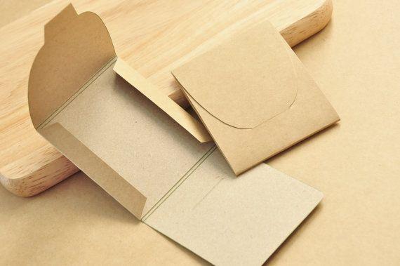 ❤ Kraft emvelope - dimensiones: 8.5x7x0.3 cm.  Conjunto de 50 sobres, estacionarios y contenedores. Material: papel de conglomerado marrón, papel de empaquetado del eco verde, papel kraft bolsa, 350g doble tarjeta gruesa. Peso: paquete de 0.25 kg.  Volver a tienda ♫: https://www.etsy.com/shop/WSCraftBox?ref=hdr_shop_menu www.WSCraftBox.etsy.com