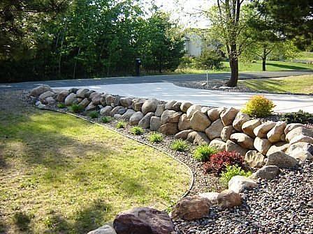博尔德岩石挡土墙在任何景观中都很自然。挡土墙需要坚固才能支撑后面的土壤,而巨石自然也能完成这项任务。博尔德...