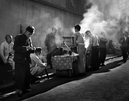 © Fan Ho - Série   Hong Kong Yesterday - Coolies and Hawkers
