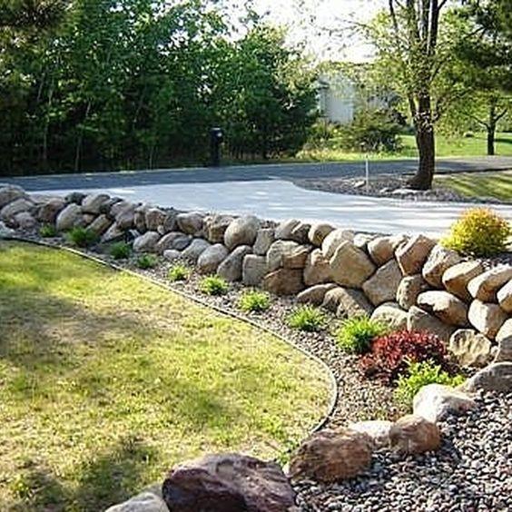 博尔德岩石挡土墙在任何景观中都看起来很自然。挡土墙需要坚固以支撑后面的土壤,并且巨石自然地执行这项任务。巨石墙提供了许多房主正在寻找的外观和有效挡土墙所需的功能。这里...