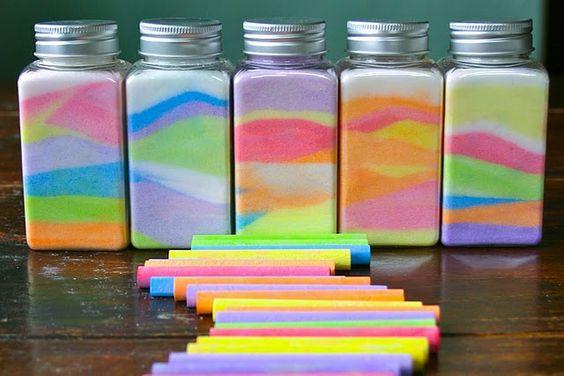 用粉笔和盐制作这个美丽而简单的彩虹盐罐工艺项目。你的孩子会喜欢这个简单的艺术项目!