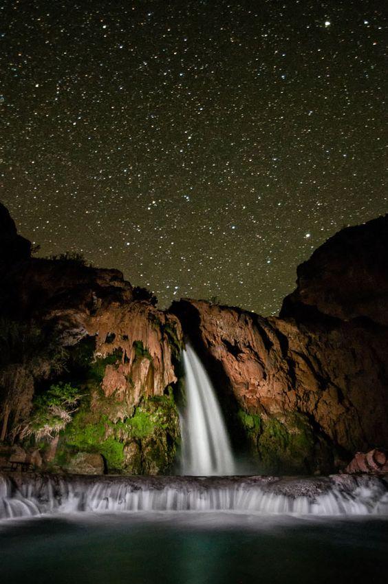你有没有去过一个着名的风景摄影场所,如犹他州的玲珑拱门或布莱斯峡谷,并发现自己争夺位置,几乎无法捕捉你到目前为止所捕获的东西?解决这位摄影师滋扰的最佳方法之一是晚上参观这些景点。而晚上
