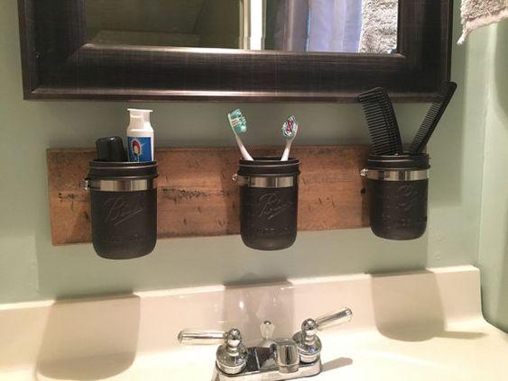 """寻找您的浴室,厨房,办公室或儿童游戏室的质朴或农家风格墙组织者?梅森罐子墙壁组织者是排序您的日常用具的一个好方法!在你的浴室挂一个梅森罐子墙壁组织者以分类牙刷,梳子,头发产品和更多。梅森罐墙组织者是一个伟大的工具分类和存储油漆刷,彩色铅笔和其他孩子绘画项目。安装建议: - 使用放置在墙上的多个梅森罐子墙壁组织者创建一个伟大的组织者墙壁特点!组织你的空间或装饰你的墙!墙组织者包括: -  3个梅森罐子尺寸:20""""x 5""""x 1/2""""垂悬的指示:每个梅森罐子墙壁组织者是容易挂!使用木螺丝或干墙壁螺钉挂在组织者跟随预钻孔在美国手工制作!在pistolpetessurvival.etsy.com找到更多质朴的家居装饰,木制工作物品和生存物品。"""