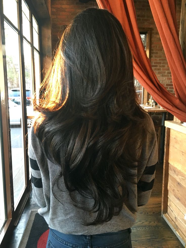 长长的黑巧克力棕色波浪形头发与层