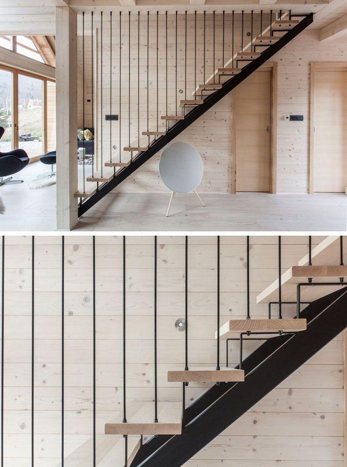 黑色钢质和浅色木质楼梯通往这栋现代化房屋的上层。