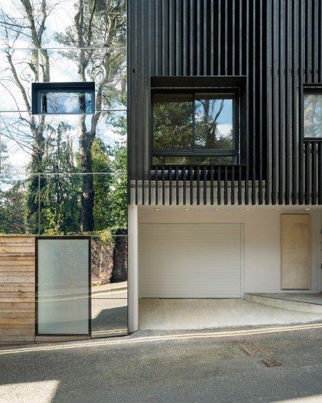 被烧焦的落叶松木条覆盖了伦敦北部这座现代派房屋的外观,丹尼森工程意图引用附近的海格特公墓