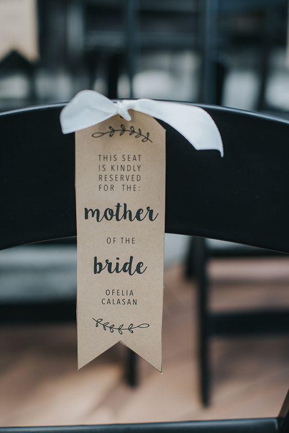 描述今天浪漫高尔夫球场婚礼的最佳方式是手工制作的爱!这场由Andrea Zajonc Photography拍摄的私密婚礼充满了由这对夫妇及其朋友和家人创造的精美DIY细节。没有细节被遗漏,漂亮的手绘标牌,可爱的香槟色和可爱的标签将它们捆绑在一起! ...