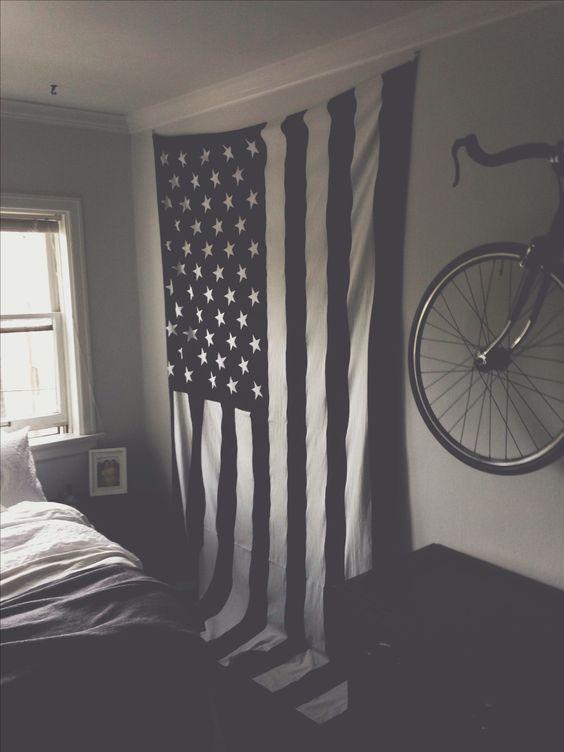 今天在Urban Outfitters店购买大型美国国旗挂毯。在线或店内发现更多选择。购买您最喜爱的品牌并注册UO奖励,即可获得9折优惠!