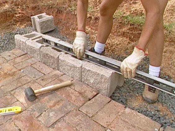 DIYNetwork.com专家演示了使用自堆叠混凝土砌块建造坚固的挡土墙的过程。