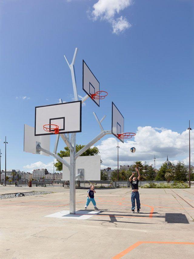 篮子树是与五个篮球箍的一件雕刻的操场设备。独特的设计让不同年龄段(和高度)的孩子都可以