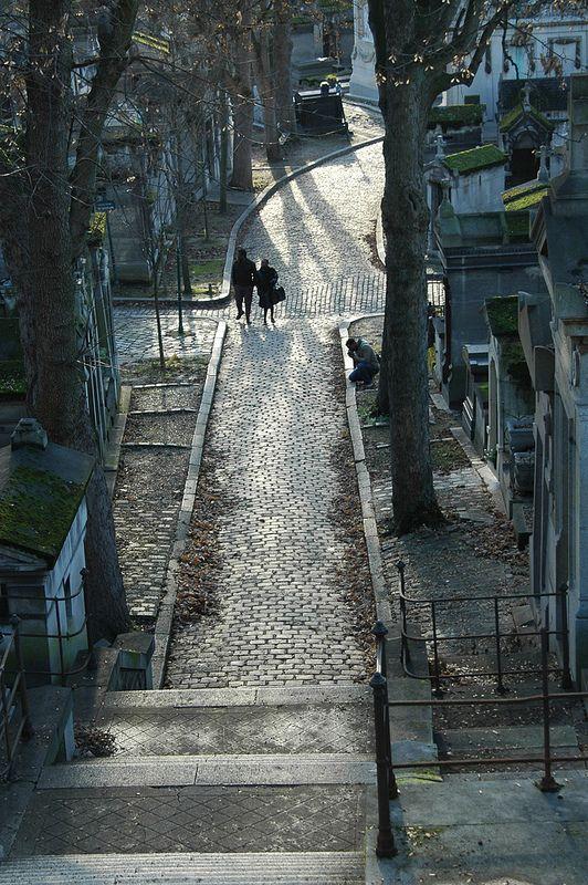 巴黎及其他地区 -  Pere Lachaise Crossing  - 穿越法国巴黎Cimetiere du Pere Lachaise的石头小径