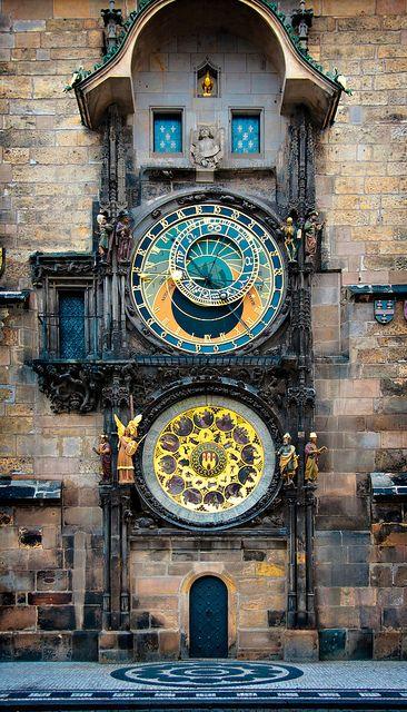 天文钟安装在布拉格老城广场的老城市政厅南墙上。